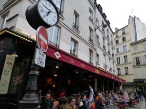 Wo heute Pariser und Touristen sitzen, tranken auch schon Grass und