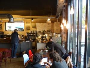 Im Café Lomi im 18. Arrondissement